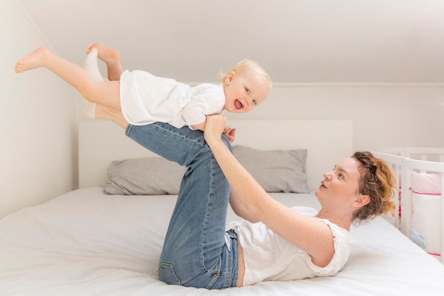 Moeder spelen met schattige babymeisje