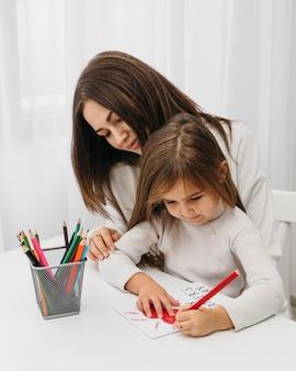 Moeder tijd doorbrengen met haar dochter thuis