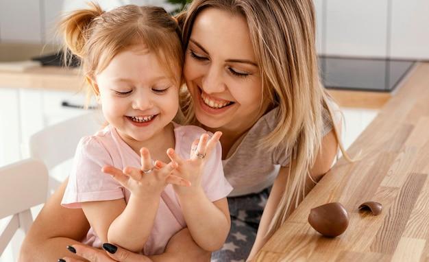 Moeder tijd samen met haar dochter thuis doorbrengen