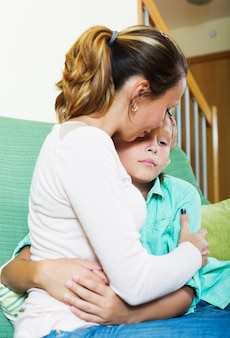 Moeder troostende trieste tiener