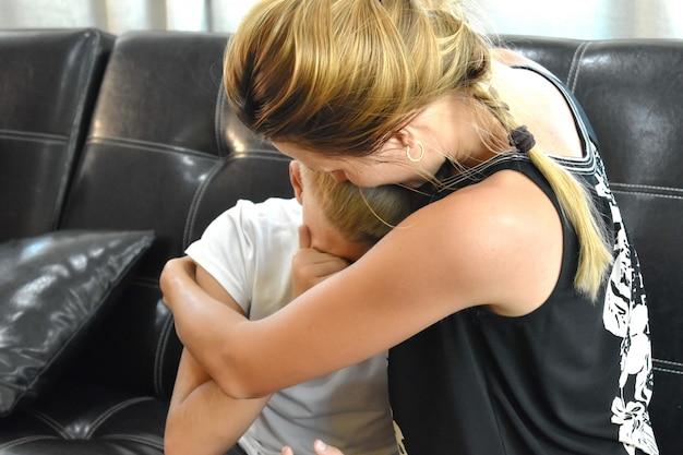 Moeder troostende zoon. droevige moeder en zoon