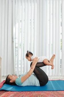 Moeder uit te werken met dochtertje