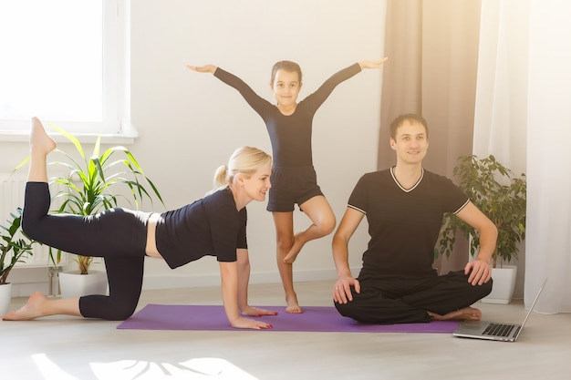 Moeder, vader en dochter doen yoga