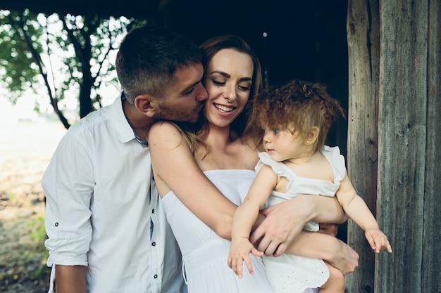 Moeder, vader en dochter hebben samen plezier op de boerderij