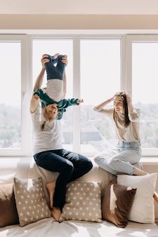 Moeder, vader en dochter spelen thuis samen