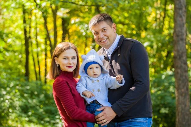Moeder, vader en hun zoon tijdens een wandeling in het park