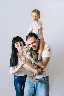 Moeder vader zoon en kat op een witte achtergrond na het spelen van verf