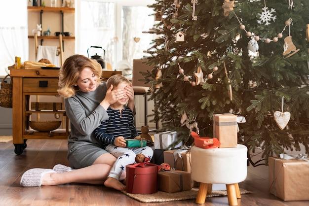 Moeder verrassende jongen met cadeau met kopie ruimte