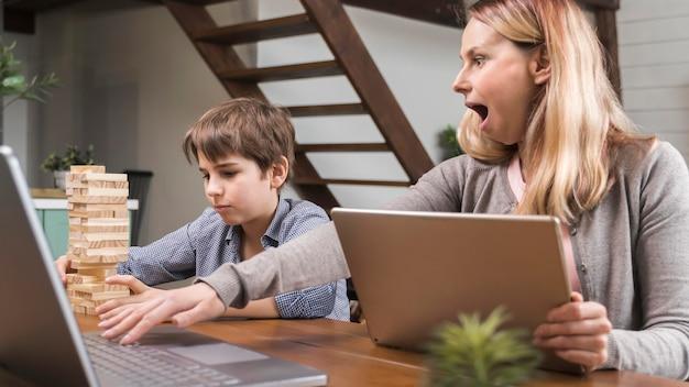 Moeder verrast door zonen jenga spel