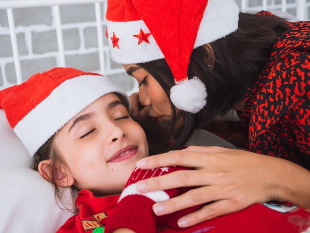 Moeder vertelt de goede nacht op eerste kerstdag