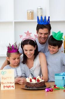Moeder viert haar verjaardag met haar familie