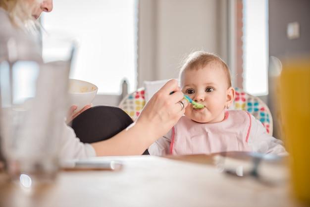Moeder voedende baby