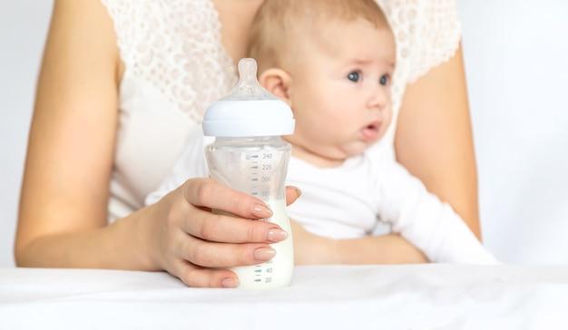 Moeder voedt de baby uit een fles