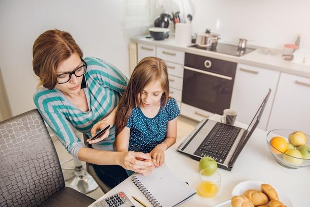 Moeder werkt thuis