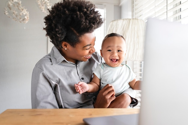 Moeder werkt vanuit huis op afstand met kind