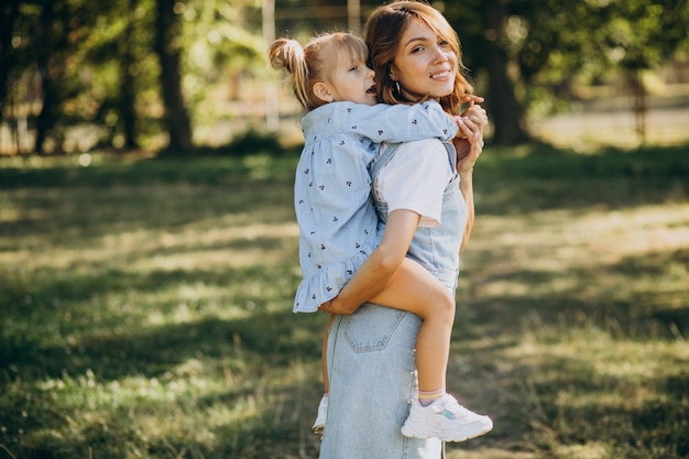 Moeder woith babymeisje plezier in park