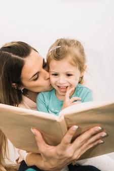 Moeder zoende dochter tijdens het lezen