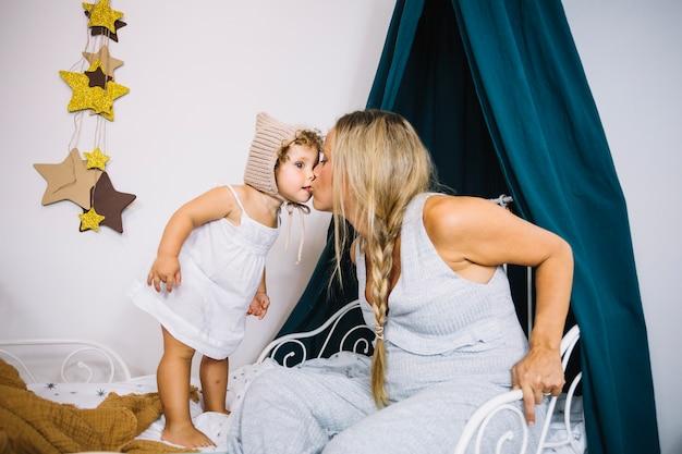 Moeder zoende dochter