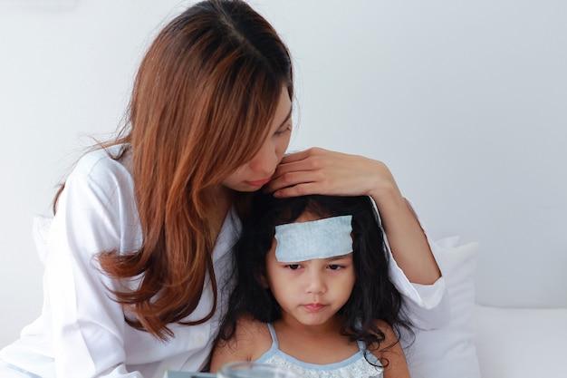 Moeder zorgt voor een jonge dochter die ziek is