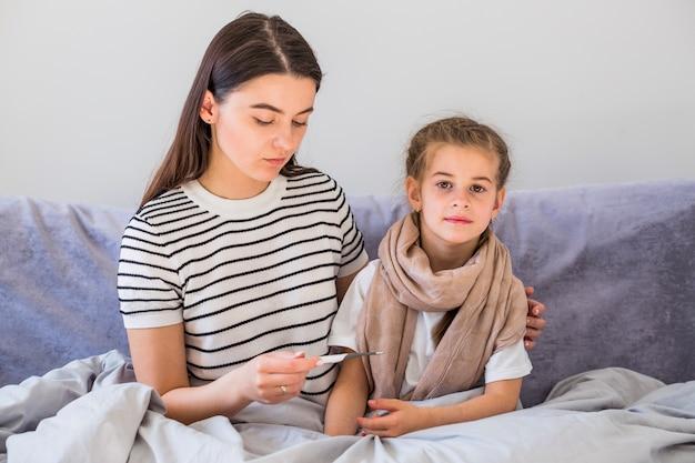 Moeder zorgt voor haar dochter