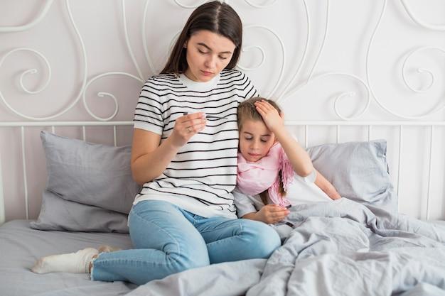 Moeder zorgt voor haar zieke dochter