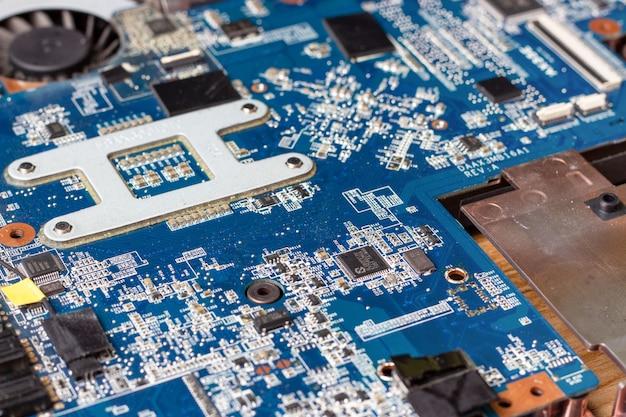 Moederbord en microschakelingen van gedemonteerde laptop