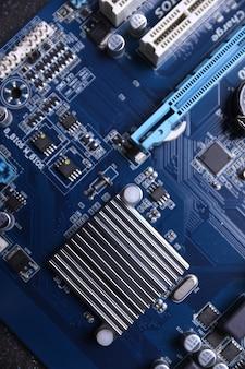 Moederbord van de computer en elektronische componenten cpu gpu-geheugen en verschillende aansluitingen voor videokaart close-up