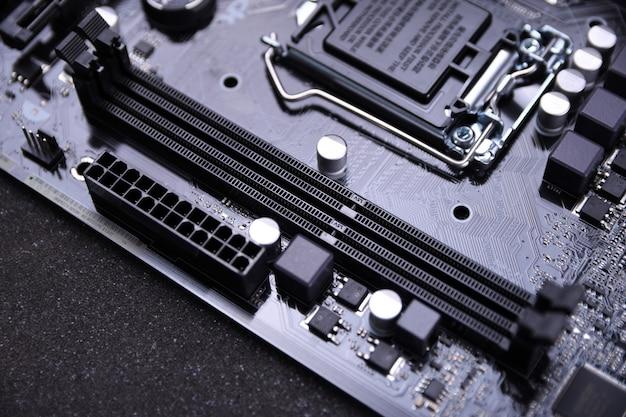 Moederbord van de computer en elektronische componenten cpu gpu-geheugen en verschillende aansluitingen voor videokaart