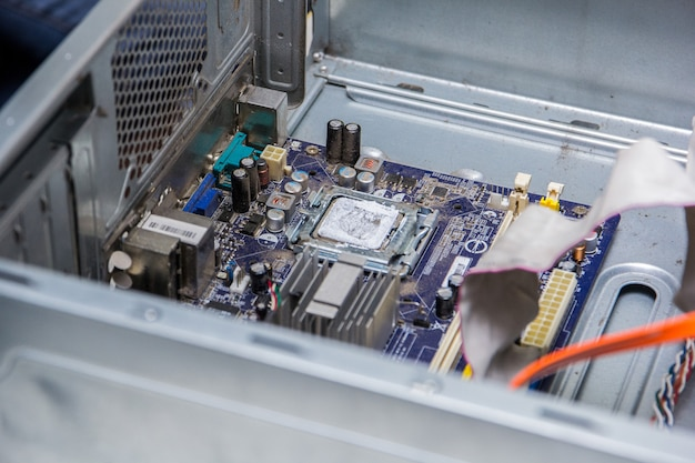 Moederbord van een computer met processor op een reparatietafel.