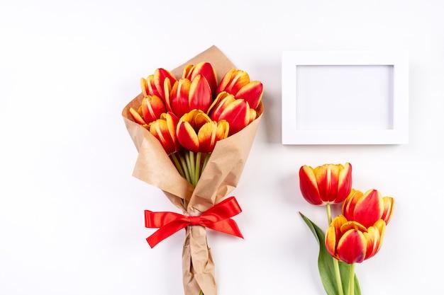 Moederdag cadeau ontwerpconcept met tulp bloemen bos