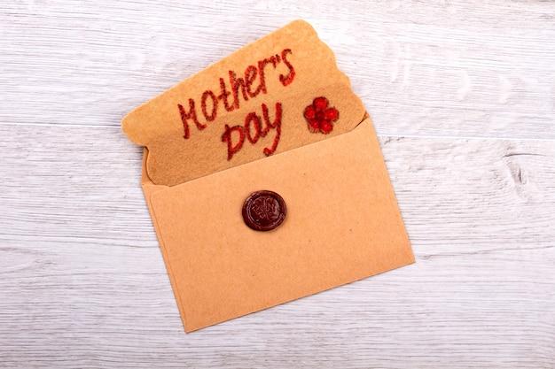 Moederdag groet brief. kaart en envelop met zegel. creatieve felicitatie voor mama. wasstempel als decoratief element.