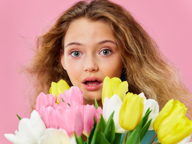 Moederdag, kind poseren met bloemen, een geschenk voor vrouwendag en moederdag