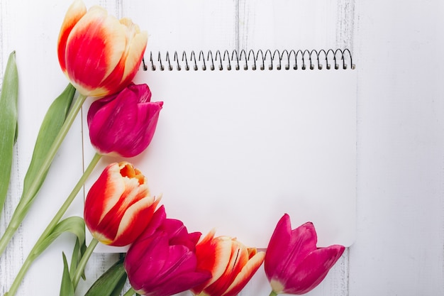 Moederdag. roze tulpen en laptop met kopie ruimte.
