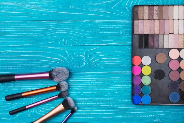 Moederdag samenstelling met poeders en make-up kwasten
