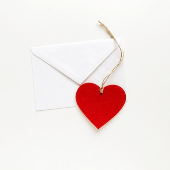 Moederdag. valentijnsdag. liefdesymbool. rode valentijnskaart. rode confetti voor valentijnsdag.