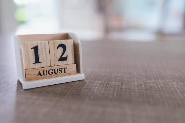 Moederdag van thailand, 12 augustus. sluit omhoog van houten kalenderblokken die op een houten lijst en exemplaarruimte worden geplaatst