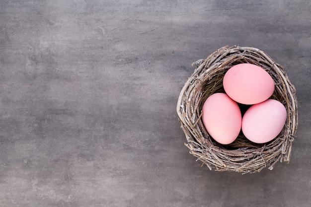 Moederdag, vrouwendag, pasen, roze tulpen, presenteert op grijze achtergrond.