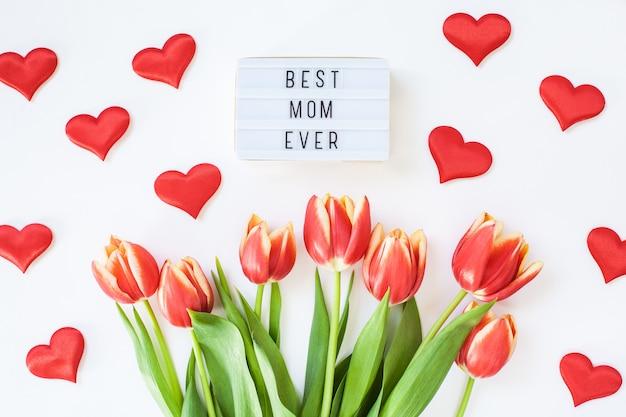 Moederdag wenskaart met rode tulpenbloemen
