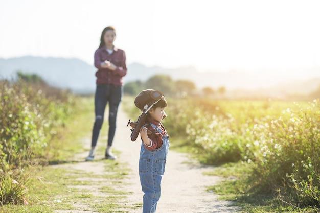 Moederdagconcept, moeder en dochter die, de groeiconcept in openlucht spelen