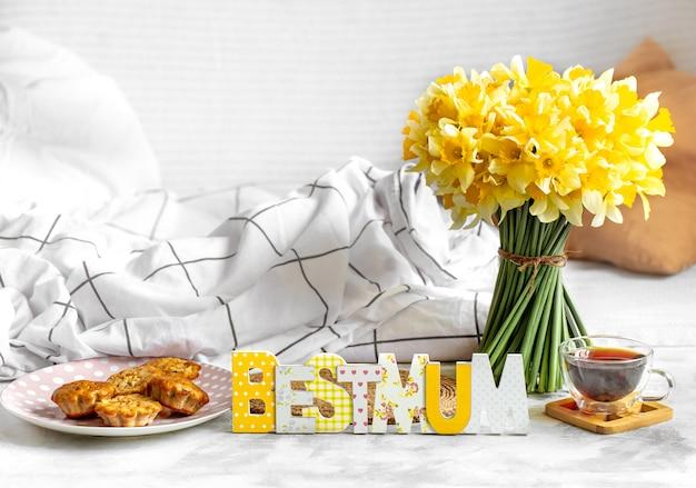 Moederdagvakantie, gezellige samenstelling als achtergrond met bloemen.