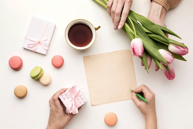 Moederdagverrassing met bloemenboeket en snoepjes
