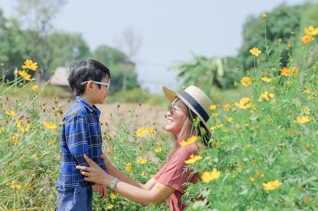 Moederliefde en zoon in de natuur