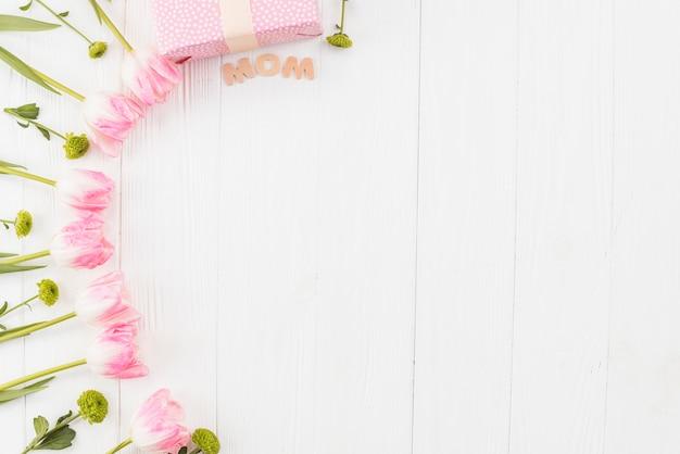 Moederlijke dag frame met tulpen