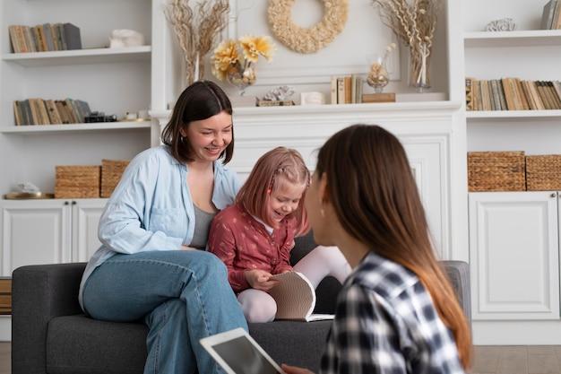 Moeders brengen thuis tijd door met hun dochter Gratis Foto