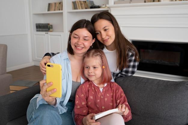 Moeders brengen thuis tijd door met hun dochter