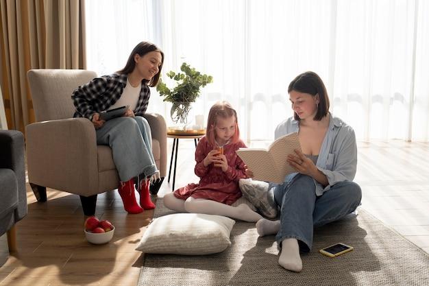 Moeders brengen tijd samen met hun dochter binnenshuis door