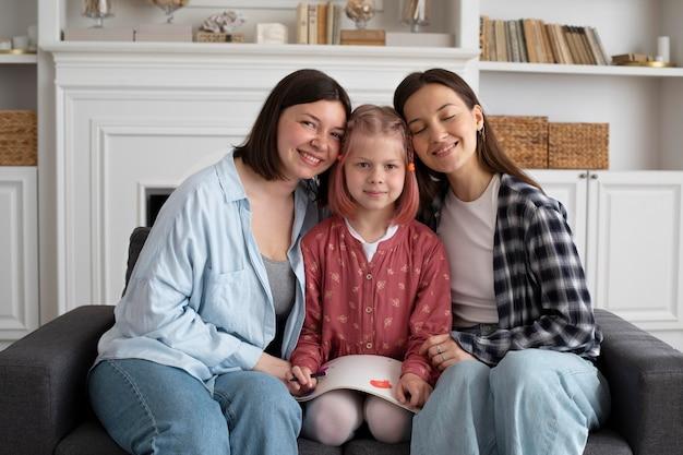 Moeders brengen tijd samen met hun dochter door