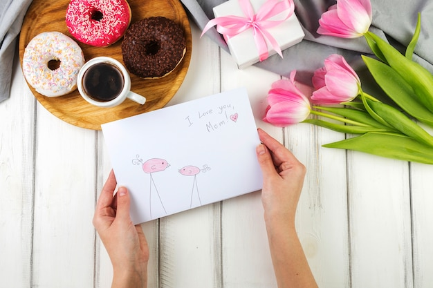 Moeders dag achtergrond met ontbijt en envelop