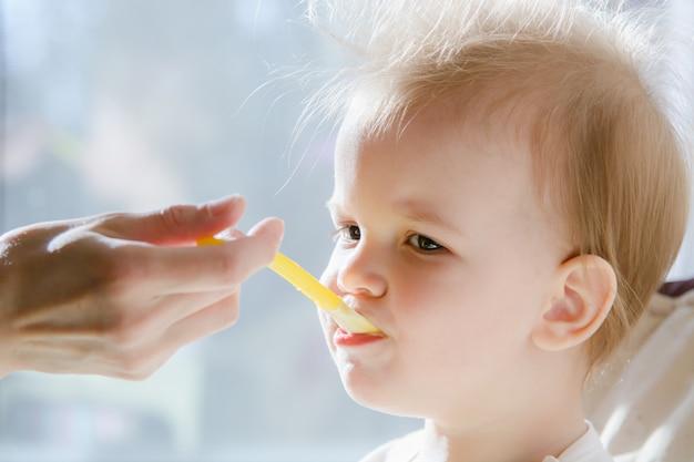 Moeders die de baby voeden met kwark