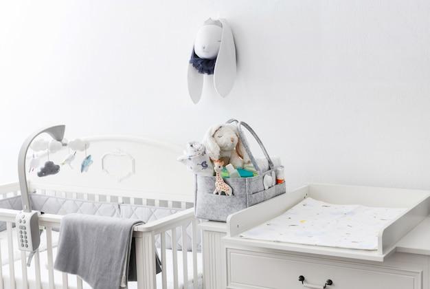 Moeders tas met speelgoed, luiers en accessoires op wit